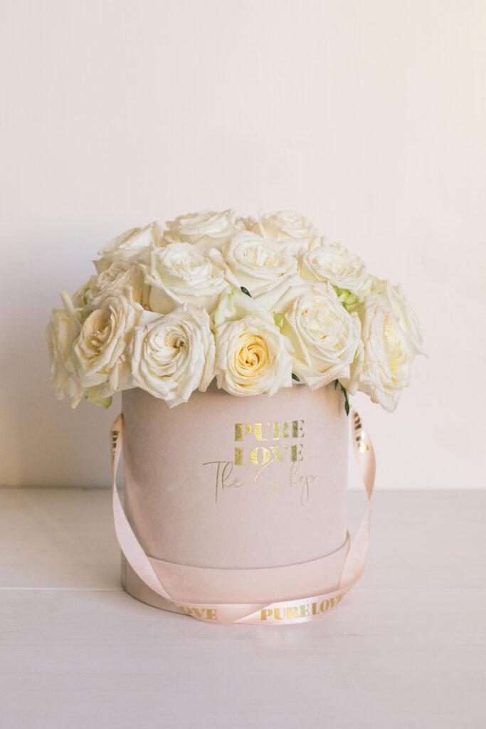Bouquet de 22 rosas rojas o blancas. En caja de terciopelo y cinta.