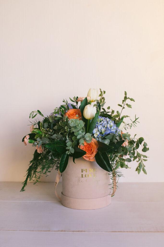 Ramo de diferentes un mix de hortensias, rosas, claveles y tulipanes. Caja de flores de terciopelo con cinta.