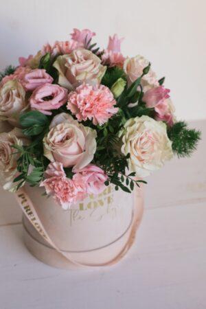 Ramo de diferentes tipos de flores en tonalidad rosa. Caja de flores de terciopelo con cinta.