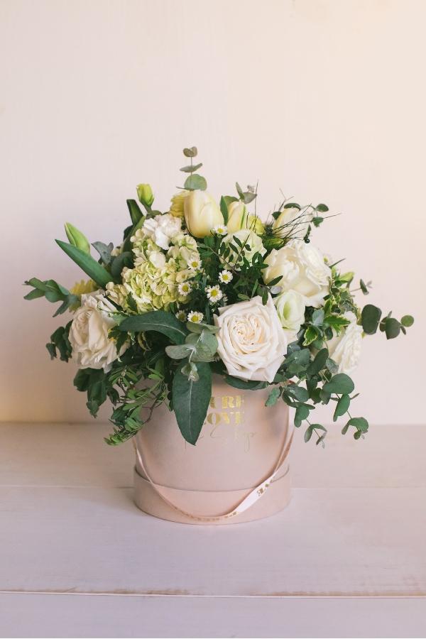 Ramo de flores en tonos blancos y verde. Caja de flores de terciopelo con cinta.