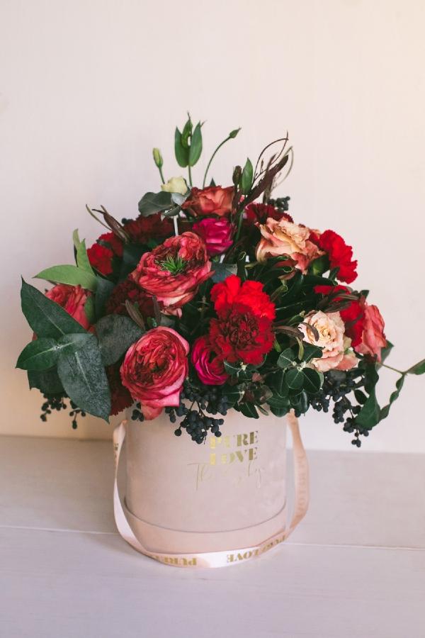 Ramo de flores en colores pasión, Caja terciopelo y cinta.
