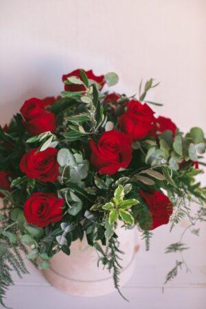 Ramo de rosas con verde. Presentado en caja de terciopelo