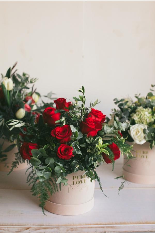 Ramo de rosas y verdes. Caja de flores de terciopelo con cinta.